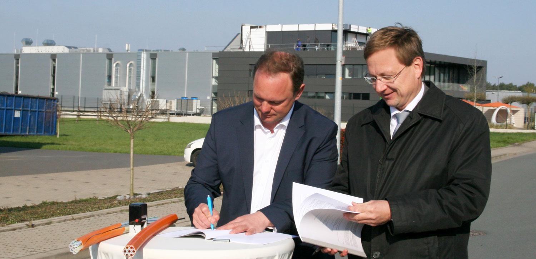 Augustdorf: Breitbandausbau im Industrie- und Gewerbegebiet – Gemeinde und sewikom unterzeichnen Vertrag